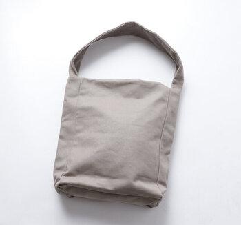張りのある8号帆布を使用したショルダーバッグです。幅広の持ち手が個性を出しています。