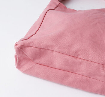 底の部分はキャラメル包みのような縫製です。丈夫でどこか可愛らしさがあります。グレーとピンクの2色展開です。
