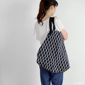 こちらは「LAPUAN KANKURIT」の中でも人気の高いエスキモー柄のコットンバッグ。たっぷり余裕のある大きさは、ショッピングバッグや旅行のお供にぴったり。バッグの内側についている紐をきゅっと結んで形を変えることもできます。