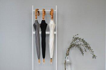 クラシカルな持ち手とモノトーンの生地の組み合わせが大人っぽい晴雨兼用傘。ハンドルには竹、傘の軸には樫が使われ、日本の職人さんによる手作り。小ぶりなサイズ感で、さすだけで上品な印象を与えてくれそうです。