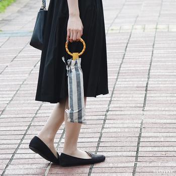爽やかなモノトーンのボーダー柄がシンプルなコーデによく似合います。丸い輪っかの持ち手もおしゃれです。デザインは、長傘と折りたたみの2種類。