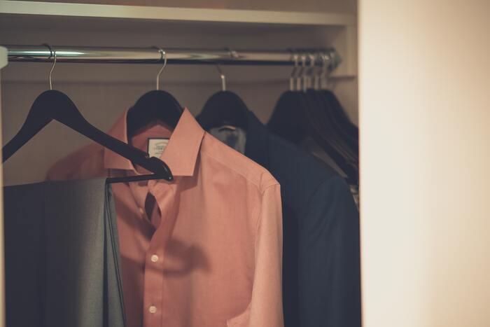 自分のクローゼットを見直した時に、服がぎゅうぎゅうに詰め込まれているという方は要注意!これもクローゼット内の風通しが悪くなり、湿気がこもる原因になってしまいます。