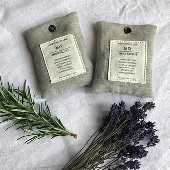 こちらはオーガニックラベンダーとローズマリーのサシェです。どちらも防虫効果が期待できるハーブなので、クローゼット内に置いておくのにぴったり♪良い香りも長続きします。