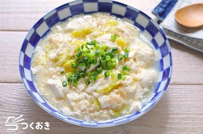 10分で完成する時短レシピ。ほたて貝柱水煮缶を汁ごと使うため、味付けは簡単でOK!煮込んでいると絹ごし豆腐から水分が出てくるため、水を入れなくても丁度いい具合に仕上がります。食欲がない日の料理にもピッタリです。