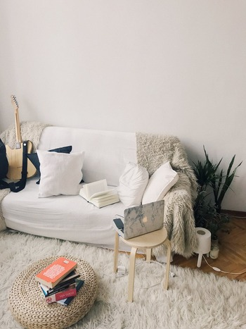 大きなソファを置くと、どうしてもお部屋が窮屈に感じてしまいます。そこでおすすめなのが、ロータイプで淡い色のソファです。高さの低い家具は、部屋の圧迫感を軽減してくれます。また淡い色も部屋を広く見せてくれる効果があるので、ソファの存在感が気になる方におすすめです。