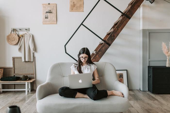 一人暮らし用のソファは、1~2人掛けが主流です。広いお部屋にお住まいの方は、それ以上の大きなソファを置くこともできるでしょう。一方、ワンルームや1Kなどスペースの限られたお部屋では、1~1.5人掛けのコンパクトなものがおすすめです。