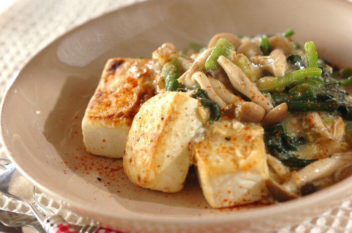 野菜やきのこをたくさん摂取できる豆腐ステーキのレシピ。しめじとホウレン草で作るあんかけに卵を加えることで、優しい味わいに。仕上げに七味唐辛子を振りかけて、味わいと見た目のアクセントに。