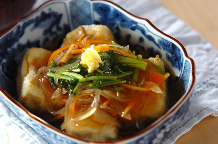 しょうがとミツバの香りが効いた上品な揚げ出し豆腐のレシピ。上級者向けの料理に見えるものの、下ごしらえをしっかりとしていれば初心者でも意外と簡単に作れます。ニンジン・玉ねぎ・しいたけなど、野菜やきのこを摂取できるのも嬉しいポイントです。