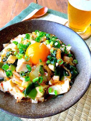 食べ過ぎた翌日の置き換え料理としても大活躍!絹ごし豆腐を一丁まるごと使った食欲をそそる一品です。 生わかめ・キムチ・長芋を加えて、ボリュームと栄養価をアップ。卵黄を絡めていただけば、さらにまろやかな味わいを楽しめます。