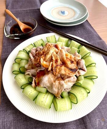 柔らかくゆでた豚肉ときゅうりに、にんにくのきいた中華風のタレをかけてがっつりおいしく。しゃぶしゃぶ用の豚肉を使ってお手軽に。