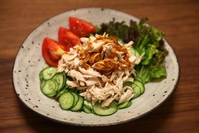 サラダ感覚で野菜もたくさん摂れる「棒々鶏(バンバンジー)」。ささみは塩麹をまぶしてから茹でることでしっとりとした仕上がりに。