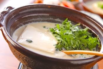 ほっこりと温まりたいときには、湯豆腐がおすすめ♪ 絹ごし豆腐を使えば、まろやかな味わいを楽しめます。豆乳スープと合わせることで、さらにまろやかな仕上がりに。191Kcalとカロリー控えめなので、帰宅が遅くなった日の夜食としてもおすすめです。