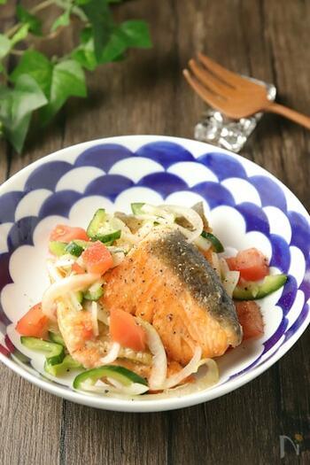 地中海料理の南蛮漬け風「エスカベッシュ」。難しそうなイメージがありますが、野菜は切って味付けをし、鮭は焼くだけの簡単メニューです。