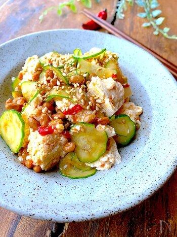 おつまみに食べると箸が止まらなくなる、きゅうり納豆。豆板醤で少しピリ辛にするのがポイントです。