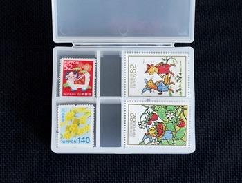 縦の仕切りを一枚外すと、ノーマルサイズの切手がジャストフィット!切手はシートから切り離して一枚一枚保管しておくと、必要なときすぐ使えて便利ですね。