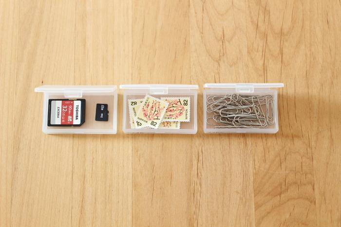 こんなふうに、切手やSDカード、クリップなど、バラバラになると困る小さなものを入れておくのにちょうどいい感じ。半透明のケースだから、中に入っているものがわかりやすいのもうれしいポイント。