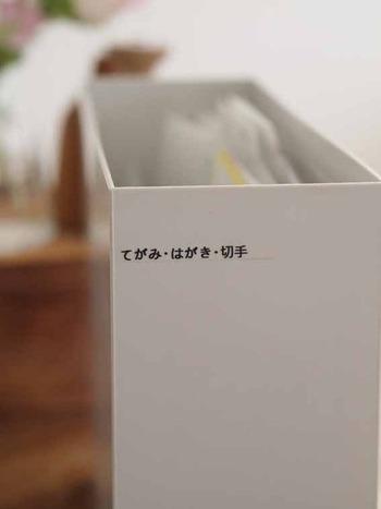 散らかりがちな紙類の収納も、ファイルボックスにインすればスッキリ。ラベリングしておくと、どこになにが入っているか一目瞭然ですね。