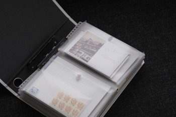 バインダーのファイルに、便せんや封筒などと一緒に切手も収納。同時に使うものを同じ場所に保管しておくと、探す手間が省けて機能的です。