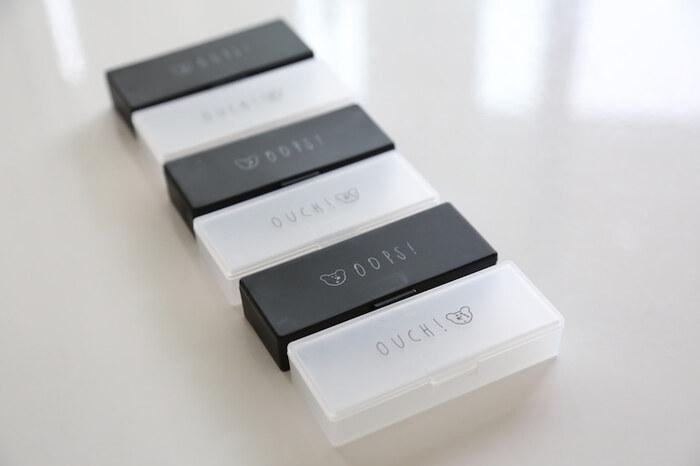こちらはダイソーの絆創膏ケース。シンプルなモノトーンがおしゃれですね。こちらも、細々としたものの収納に向いているそうです。ブラックとクリアの二個セットで100円なのもうれしいですね!