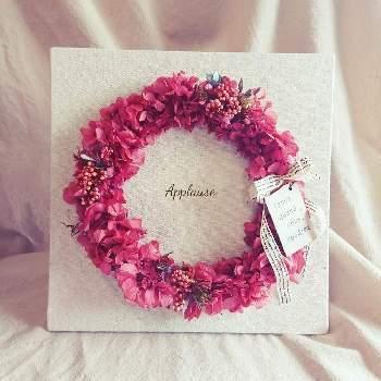 おしゃれなものに敏感な女の子には、リースがオススメです。リースにあしらわれた、アジサイの細かい花びらがとても可愛らしいです。彼女さんも喜ぶこと間違いなしですね。
