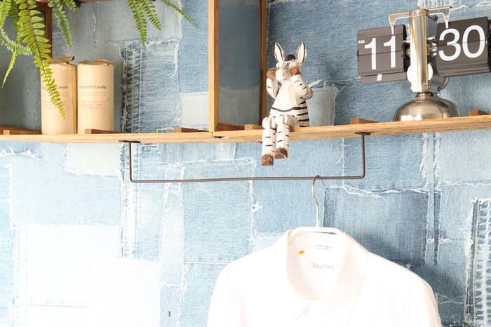 仕切りをブリキのフレームで、下にアイアンバーを取り付けると洋服も掛けられます。他にも、ファッション小物やアクセサリーの見せる収納にも◎壁掛けで場所を取らないので、いろんなお部屋で活用できそうです。