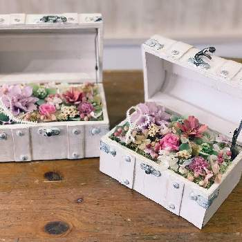お花がたくさん詰まった宝箱にビックリ。まるでお花畑に来たようですね。好きな色をメインに自由に詰めて贈ればきっと喜んでいただけるはずですよ。