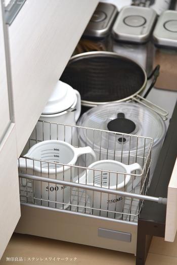 ガラス製やホーロー製など、衝撃に弱い計量カップは、引き出しの中に収納しましょう。お鍋やボウル・ザルの横に計量カップ用のスペースを確保。容量の違う計量カップもきれいに収納することができます。
