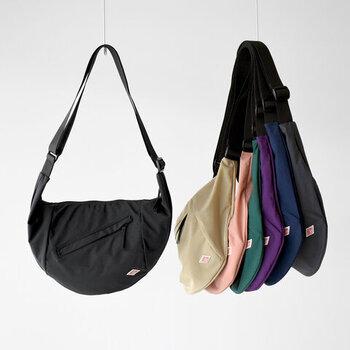 ナイロン製のショルダーバッグはは半月型がオシャレなポイント。防風性・引き裂き強度・撥水性も備えているから、どこへでも連れていける。