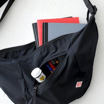 外に付いた小さなポケットはファスナーが斜めについています。背の低い小さな物もポケットの中で迷子になりにくい工夫です。