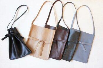 薄くて張りのあるレザーのトートバッグです。シックな色合いと上品な質感できれいめのコーディネートで活躍してくれそう。