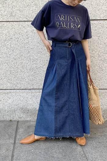 2色の切り替えしのように見えるデニムスカートは、実は1種類のデニム素材を色落ち加減で2種類のように見せているというものです。濃淡ができて、立体的に見えますね。同系色のTシャツで作ったワントーンコーデは、大人っぽいこなれたリラックス感を感じさせてくれます。