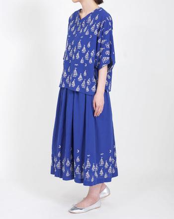 裾にぐるりとヨットの刺繍が入った贅沢な雰囲気のスカートとお揃いトップスで、夏だからこそ楽しめる優雅なコーデに仕上がっています。足元にシャイニーなバレエシューズを合わせているところが、大人っぽいですね。