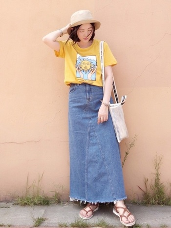 切り返しを入れて、裾に向かって広がるAラインを実現したデニムスカートは、裾が切りっぱなしでラフなイメージ。マスタード色のTシャツを合わせて、ぱっと華やかな印象になりました。
