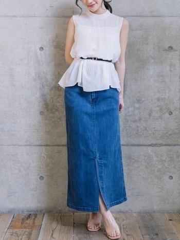 すらりとした足のラインが美しいデニムタイトスカートには、白いフェミニンなトップスを合わせて、ちょっぴりカジュアルなおでかけスタイルに。Tシャツやカットソーだけではなく、きれいめコーデもこなせるのがデニムタイトスカートのいいところです。