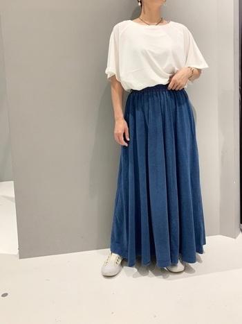 たっぷりとしたひだを取ったギャザースカートには、ゆったりしたシルエットのトップスを合わせて。白はすこしくすんだ青にもよく似合います。すとんとした落ち感があって、気になる下半身をきれいに見せてくれます。