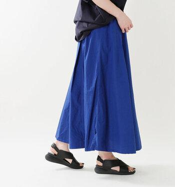 青いスカートはその色の持つ軽やかさから、短めの丈を選んでしまうと子供っぽい印象が強まってしまいます。適度な重さを残しつつ、爽やかな雰囲気を楽しむ大人の青スカートコーデなら、膝丈より長めを選ぶのがおすすめ。