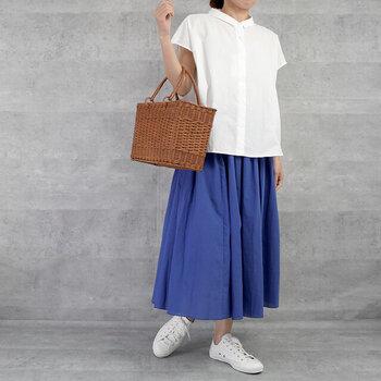 すっきり見せたい夏の青いスカートコーデには、全身で使う色を3色までと決めておくと、軽やかさを損なうことなく全身が決まります。合わせるのが難しいかなと思いがちな青ですが、白や黒、グレーといったモノトーンカラーはもちろんのこと、黄色やベージュ、オレンジなどの暖色系の色もよく合います。同系色の青でまとめるワントーンコーデも素敵です。
