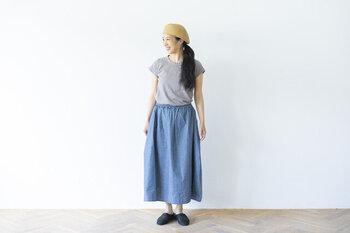 薄く軽やかな夏向きの素材、シャンブレー生地を使ったギャザースカートは、ほどよいボリューム感で、すっきり着こなせます。足首がきれいに見える丈で、スニーカーやサンダルにもよく合います。