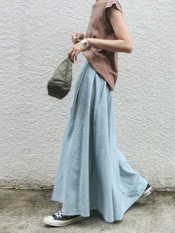 やわらかく、揺れ感のあるスカートは、優しい女性らしさを表すのにもぴったり。シルエットの美しさで、しぐさまで上品に見えてきます。