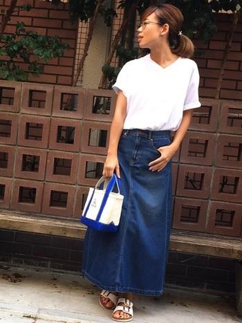 白いベーシックなVネックTシャツにロングデニムスカートという夏らしい組み合わせ。白Tは、スカートにゆるくインしてウエストマークしています。丈が長めのスカートを合わせるときは、ウエストマークした方がすっきりと見えますね。すとんと落ちるデニムのハリ感がカッコいいイメージを作ってくれます。