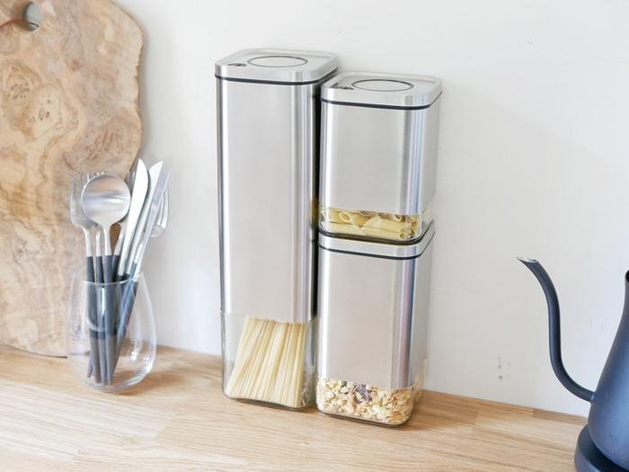 ブロックのようなデザインのこちらはステンレス素材のスタイリッシュな保存容器です。こちらは片手でワンタッチで開閉可能で、忙しい時には大助かりな仕様になっています。サイズは3種類あるので、食品に合わせていくつか揃えたくなってしまいます。