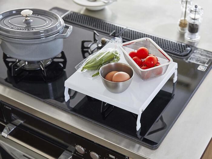 こちらも狭いキッチンのためのお助けアイテム。使わないガスコンロの上を作業台にしてくれるガスコンロカバー。お鍋に入れる食材をちょっと切ったりするのにとても便利です!使わないときは折り畳んでコンパクトに収納できるのも◎です。