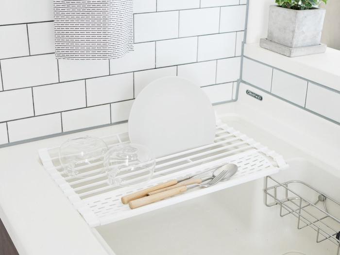 こちらはとっても便利な水切りラック。水切りラックといっても使わないときはくるっと丸めてコンパクトになる優れもの。お皿を立てて水切りができ、カトラリーを置くスペースもあります。水切りとしてだけではなく、作業台の延長として使うこともできるので、これ一つで狭いキッチンの煩わしさを解消してくれるはず!
