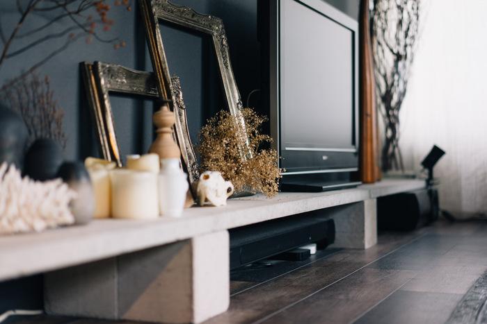 盆栽用の板とブロックを活用したテレビ台です。ホームセンターで一つ1000円ほどで手に入るもので自作した、ローコストで出来たとは思えない、おしゃれな仕上がり♪ブロックの無機質な色がダークな壁の色と合わさることで、シックな雰囲気に◎ 小物のディスプレイも参考になります。