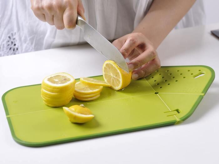 こちらもイギリスのキッチンブランド「ジョセフジョセフ」のカッティングボード。こちらは一見おしゃれなカッティングボードといった感じなのですが、折り畳んで水切りとしての機能を果たすことができます。なので、食材を洗って切るまでがこれ一つでできてしまう便利アイテムです。