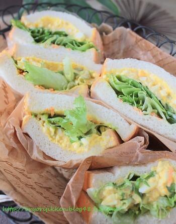 卵にもカレーにも相性の良いピクルス。その美味しい要素を上手にまとめた卵サンド。とろとろのフィリングが贅沢で濃厚。とっておきのお弁当に、おしゃれなランチに...自慢のメニューとして覚えておきませんか?