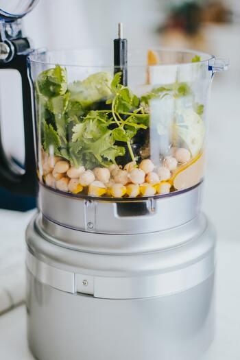離乳食は野菜を煮て裏ごししたものから始まります。にんじんを柔らかく煮るだけでもとても時間がかかりますよね。そんなときはハンドブレンダーやミキサーなど便利な道具を導入してみましょう。炊飯器や圧力鍋でも◎。無添加で安全な冷凍の裏ごし野菜も販売されているので、気軽に使ってみて。