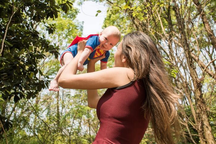 妊娠~出産~授乳中は、ジェットコースターのように色々なホルモンがからだの中で増減します。それにより、イライラしたり肌荒れしたりと不調に悩まされることも。母乳を出すオキシトシンというホルモンは別名:幸せホルモンとも呼ばれ癒しの効果もありますが、子供を守る本能が働き、夫・家族に対してイライラしてしまう場合も。断乳すると1~3ヵ月でおおよそ元の正常なホルモンバランスに戻ります。もし次の子を考えていたら、授乳中はプロラクチンという母乳を作るホルモンの影響で妊娠しづらくなるので(授乳中でも妊娠する場合もあります)断乳を考えてもいいかもしれません。