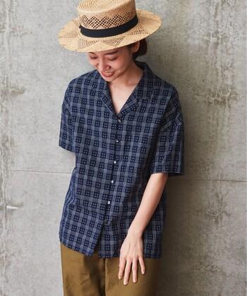 どこか昔懐かしい雰囲気あるチェック柄の開襟シャツ。レトロシックな表情を生かした夏のスタイリングを考えるのも楽しい。カンカン帽がよく似合いますよ。