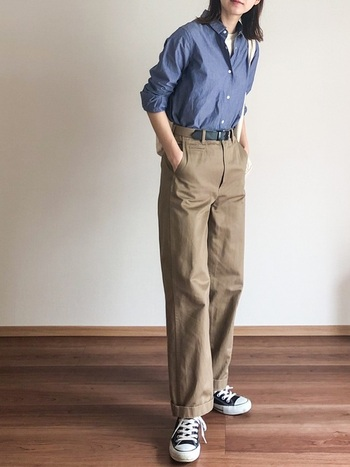ダンガリーシャツやデニムシャツ...ワークテイストなシャツにチノパンツという潔いスタイル。ウェストはベルトを使い、すっきりインして。ハンサムスタイルのお手本にしたい好感度の高いコーディネートです。